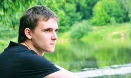 El hombre joven en la naturaleza Imagen de archivo libre de regalías
