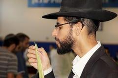 El hombre joven en sombrero negro Fotos de archivo