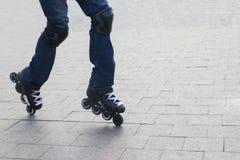 El hombre joven en tejanos patina sobre ruedas Fotografía de archivo