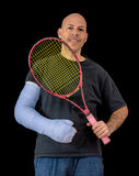 El hombre joven en un brazo echó después de un accidente del tenis Foto de archivo libre de regalías