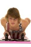 El hombre joven en una camisa de la bandera empuja hacia arriba abajo Fotos de archivo libres de regalías