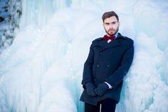El hombre joven en una capa en el invierno Fotos de archivo libres de regalías