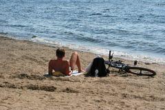 El hombre joven en una playa. Imagen de archivo