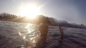 El hombre joven envía saludos del mar durante vacaciones de verano Natación y hacer sonrientes del individuo el autorretrato holi almacen de video