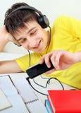 El hombre joven escucha la música Foto de archivo libre de regalías