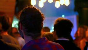 El hombre joven está despidiendo a la música en pub