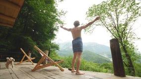 El hombre joven está disfrutando en la gran naturaleza, mountaines, bosque almacen de metraje de vídeo