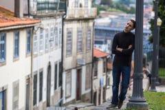 El hombre joven está esperando en la calle Viajes Fotografía de archivo libre de regalías