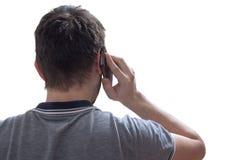 El hombre joven está llamando con smartphone Visión desde Aislado en el fondo blanco fotos de archivo