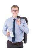 El hombre joven está sosteniendo una taza de café Fotos de archivo libres de regalías