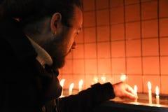 El hombre joven está en iglesia Foto de archivo libre de regalías