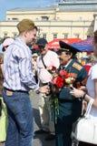 El hombre joven felicita al veterano de la guerra Foto de archivo libre de regalías