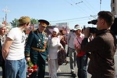 El hombre joven felicita al veterano de la guerra Foto de archivo