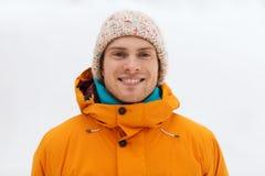 El hombre joven feliz en invierno viste al aire libre Foto de archivo