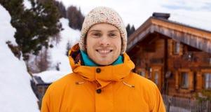 El hombre joven feliz en invierno viste al aire libre Fotos de archivo