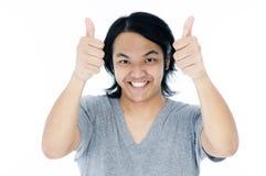 El hombre joven feliz que da los pulgares sube la muestra Fotos de archivo libres de regalías