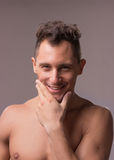 El hombre joven feliz sonriente modela la mano principal de la cara del primer Fotografía de archivo libre de regalías