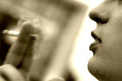 El hombre joven fuma Fotos de archivo