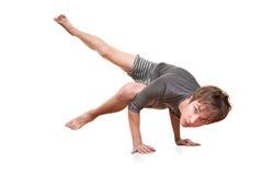 El hombre joven hace Yogasana Foto de archivo
