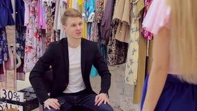 El hombre joven hermoso aprecia su ropa del ` s de la novia nueva en sitio apropiado almacen de metraje de vídeo