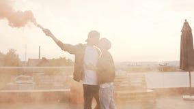 El hombre joven hermoso besa a su novia romantically en la terraza almacen de video