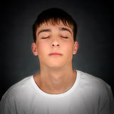 El hombre joven meditate imagenes de archivo