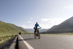 El hombre joven monta la bici Imágenes de archivo libres de regalías