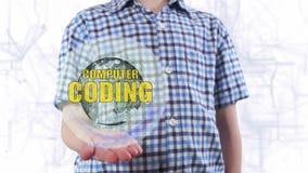 El hombre joven muestra un holograma de la codificación del ordenador de la tierra y del texto del planeta almacen de video