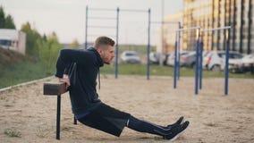 El hombre joven muscular hermoso tiene entrenamiento del entrenamiento en el parque almacen de video