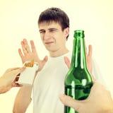 El hombre joven niega el cigarrillo y la cerveza Fotos de archivo libres de regalías