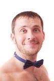 El hombre joven no está llevando nada sino una corbata de lazo Foto de archivo