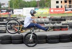 El hombre joven no identificado monta su bici de BMX Fotografía de archivo