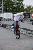 El hombre joven no identificado monta su BMX Bik Foto de archivo