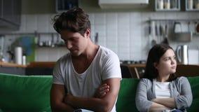 El hombre joven obstinado trastornado y la mujer egoísta ignoran después de lucha almacen de video