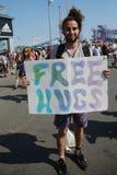 El hombre joven ofrece abrazos libres en el 34to desfile anual de la sirena Fotos de archivo