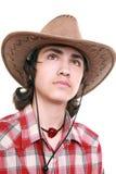 El hombre joven pensativo sostiene un sombrero de vaquero Foto de archivo libre de regalías