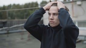 El hombre joven preocupante desconcertó el pensamiento en la decisión almacen de metraje de vídeo