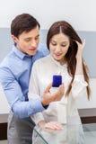 El hombre joven presenta el anillo de compromiso a su mujer Foto de archivo