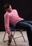 El hombre joven que bebió el vino, se cayó dormido en la silla imágenes de archivo libres de regalías