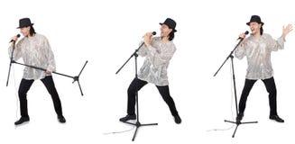 El hombre joven que canta con el micrófono aislado en blanco imagen de archivo