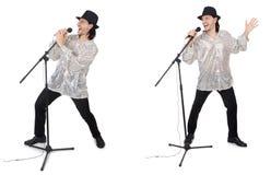 El hombre joven que canta con el micr?fono aislado en blanco fotos de archivo