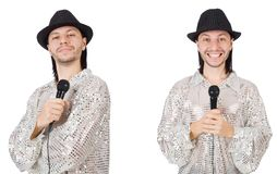 El hombre joven que canta con el micr?fono aislado en blanco imagenes de archivo