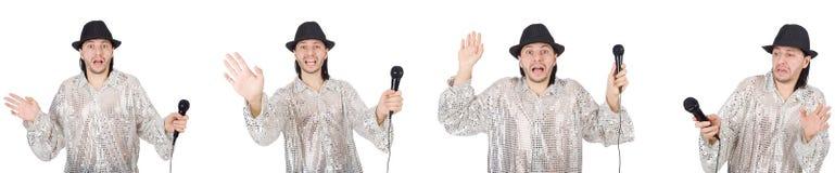 El hombre joven que canta con el micr?fono aislado en blanco fotografía de archivo