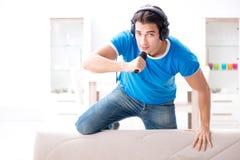 El hombre joven que canta en casa Karaoke Foto de archivo libre de regalías