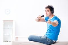 El hombre joven que canta en casa Karaoke Imagen de archivo