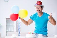 El hombre joven que celebra cumpleaños solamente en casa fotos de archivo libres de regalías