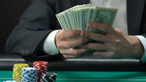 El hombre joven que contaba los dólares que se sentaban en casino, ganó la gran suma de dinero, engañando metrajes