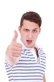 El hombre joven que hace los pulgares sube gesto Imagenes de archivo