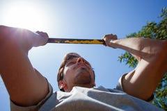 El hombre joven que hace tirón sube cierre al aire libre del día de verano para arriba fotos de archivo