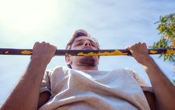 El hombre joven que hace tirón sube el primer al aire libre del día de verano imágenes de archivo libres de regalías